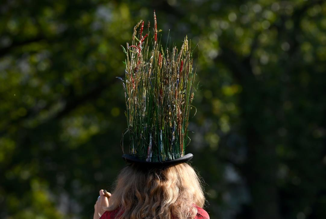 An enviro<em></em>nmental campaigner takes part in a march and delivery of a petition to Buckingham Palace, demanding that the British royal family rewild their land, ahead of the COP26 climate summit due to take place in November, in London, Britain, October 9, 2021. REUTERS/Toby Melville